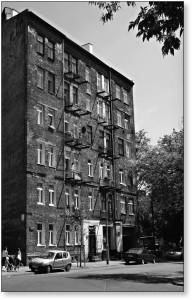 Sprzeczna 8. Kamienica, w której mieszkał Szczepan Łazarkiewicz.
