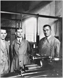 Henryk Monarski (w środku) przy tokarce.